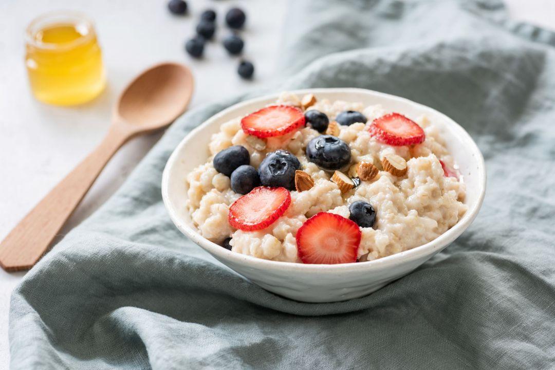 Porridge with berries in a bowl