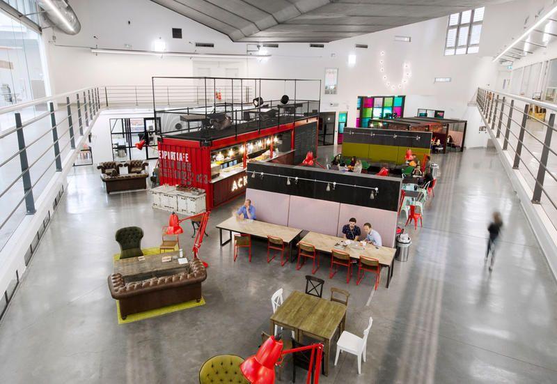 Progettare significa, quindi, assumere l'involucro come punto di partenza per lavorare al suo interno, operando non solo sui sistemi di allestimento e di arredo. Modern Offices 5 Design Concepts