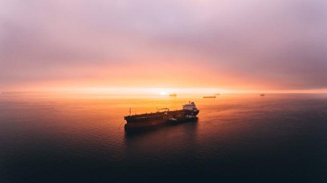 夕暮れの海と大きな船