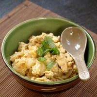 Oyakodon, kanaa ja kananmunaa riisipedillä