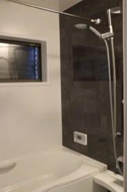 お風呂はシックなカラー窓には目隠しルーバー