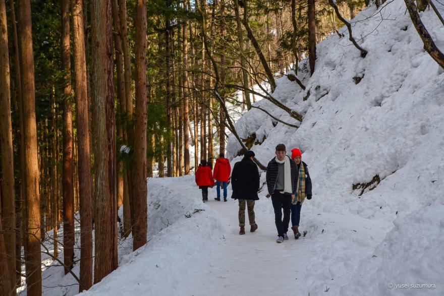 山の雪道 地獄谷温泉