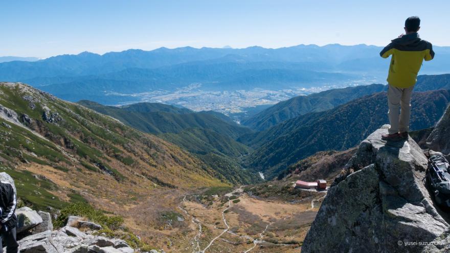 宝剣岳でポーズをとる男性