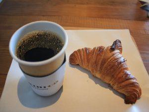 店内で買ったクロワッサン230円とMORIHICOコーヒー500円