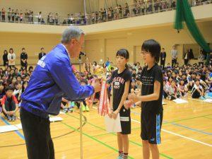 高学年の部で優勝した清田緑小チームに優勝カップ