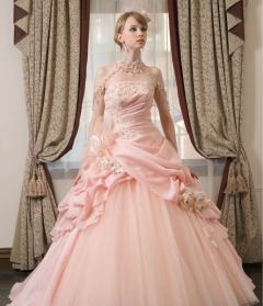 淡いピンクの上品なドレス