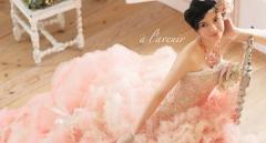 ピンクと白のボリュームあるフリルの女性らしいデザインのゴージャスなドレス