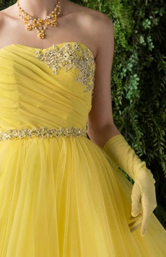 人気のビタミンカラーに胸元の飾りが可愛らしいカラードレスです