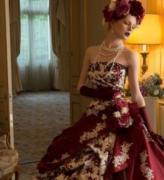 シックなボルドーカラーに花柄をあしらったエレガントなドレス。