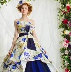 大人っぽいネイビーに花柄をプラスすることで大人可愛いドレス