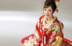 華道家『假屋崎省吾』プロデュース作品。檜扇と合わせた牡丹の花と裾の金箔が華やか。