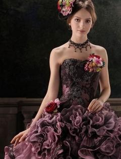 大人っぽさと上品さを持つ独特のディテールをもったパープルのドレス