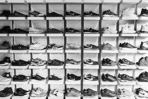 棚に並んだスニーカー画像