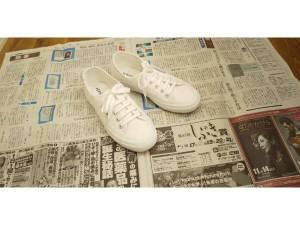 【革靴やスニーカーにおすすめの防水スプレー|元靴屋が使い方・頻度も解説】新聞紙を敷いた画像