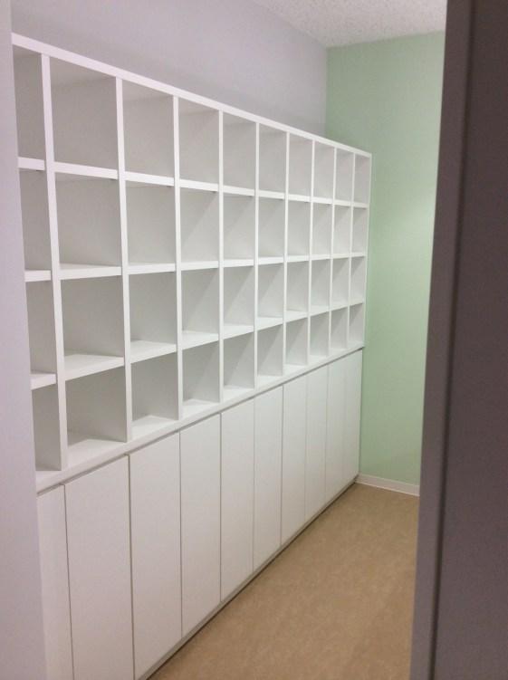 清潔感溢れるホワイトの大容量収納棚。上段と下段で収納物を使い分けできるように製作しました。