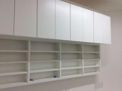 壁面一体型の収納棚になります。上段と下段で使い分けできるように工夫を凝らしています。