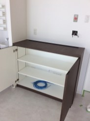 木目柄を使用したカウンター収納。内部は2枚の棚板を設置。