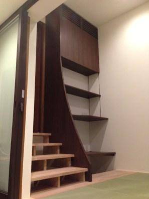 階段隣のスペースを利用し収納スペースを設置しました。階段の上り下り中に収納物をとることができ非常に便利な作りになっています。