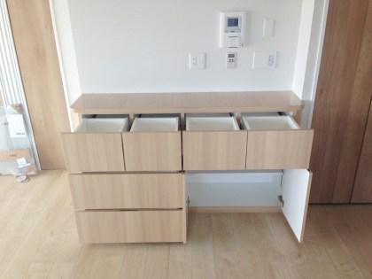 カウンター収納内部には引き出しと扉を設置し、収納物に合わせた自由な収納が可能です。