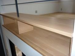 二階の空いたスペースに木製ベンチを取り付けました。