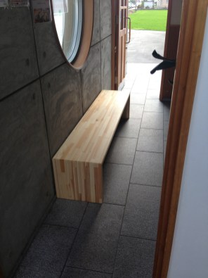 天然木を贅沢に使ったベンチです。
