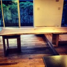 このダイニングテーブルは高さが違うところでも設置できるように脚部と天板を切り離して製作しています。
