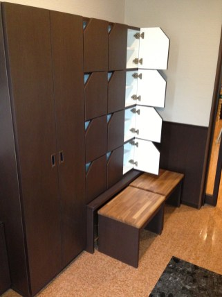 下段にはベンチを入れるスペースを設置。省スペースで実用性のある設計を目指しました。