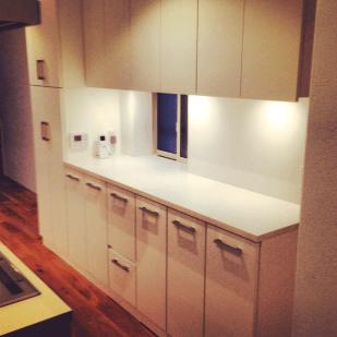 壁一面を全てキッチン収納に。調理がしやすいようにLEDライトを設置し、実用性、機能性がある仕上がりに。