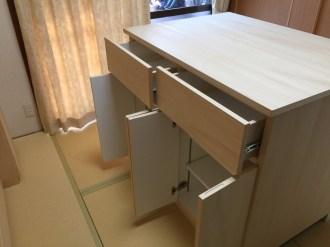 上段には2杯の引き出し、厳談には2つの収納スペースを設けています。