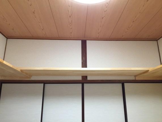 ふすまの上段の空間を利用できるように収納棚を設置しています。