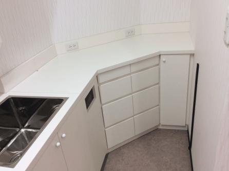 無駄なスペースを上手く利用したキッチンカウンターを設置。こういったつくりはまさにオーダー家具だからこそ出来る技術です。