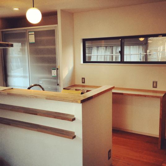 ホワイトの側面と無垢材を上手く組み合わせ、デザイン性の高いシステムキッチンに仕上げました。