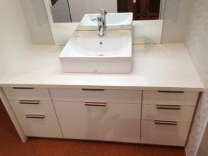 白をベースに清潔感溢れる洗面台を製作しました。収納スペースもたくさん設置してますので収納物に合わせてお使いいただけます。