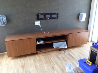 天然木を使ったシンプルなテレビボードです。実は壁と一体型になっていて足元は浮いた状態に仕上げています。