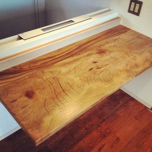 一枚板を贅沢に使った埋め込み型の棚を製作しました。