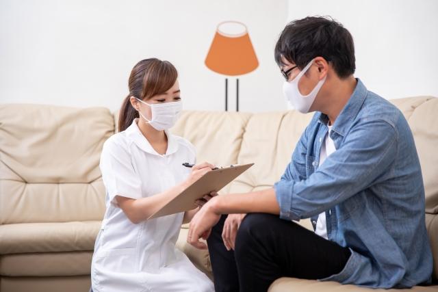 問診票に記入する女性看護師