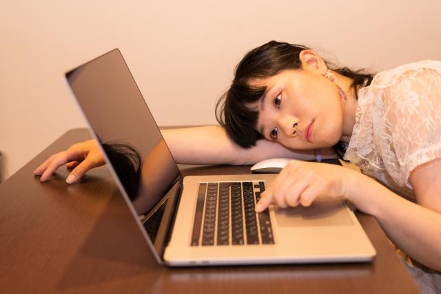 パソコンの前で疲れる女性