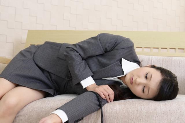 疲れ切ったスーツの女性