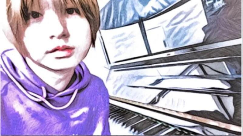 ピアノの前に座る伊野尾慧のイラスト
