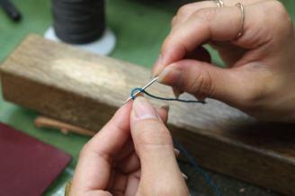 糸の通し方からやります。