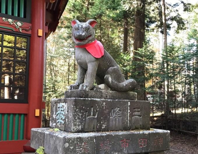 三峯神社随身門狛狼右