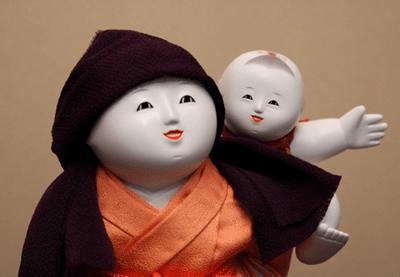 木彫御所人形「おんぶ」