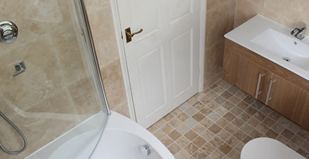 Tiled floor with underfloor heating in a bathroom