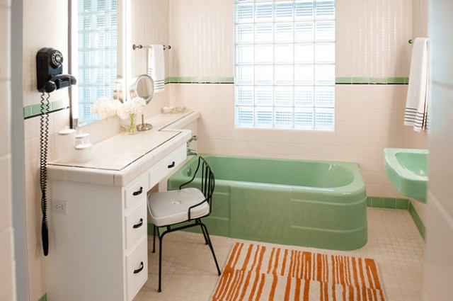 Green & white 30s/40s-look bathroom