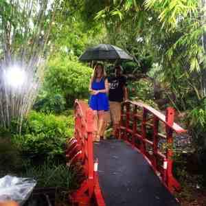 Jeannette Kaplun bajo la lluvia filmando comercial