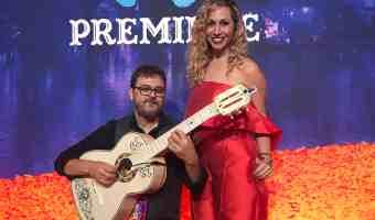 Jeannette Kaplun en la premiere de Coco con el guitarrista