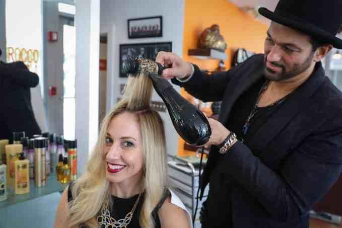 Aprende cómo lucir el pelo lacio por días sin frizz. El famoso estilista Leo Rocco te da sus mejores consejos cuando te alisas el cabello o haces un blow dry.
