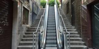 ¿por qué la escalera mecánica que no funciona siempre es la de subir?