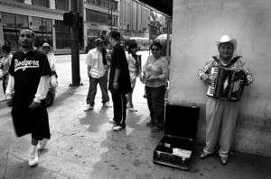 Monólogo angelino: dos hispanos se encuentran en la plaza pershing