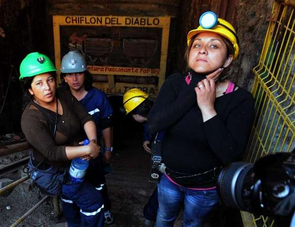 33 mujeres chilenas protestan bajo tierra